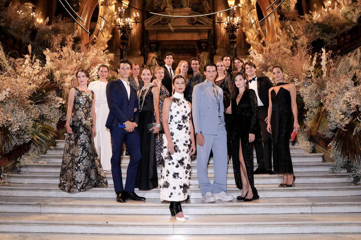 Aurélie Dupont entourée des étoiles de l'Opéra National de Paris