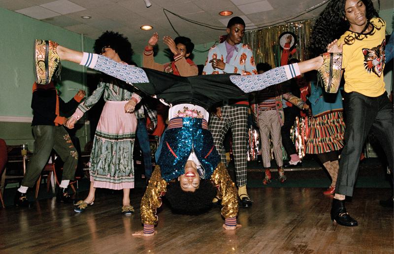 """© Campagne Gucci Pre-fall 2017 """"Soul Scene"""" - Inspirée par l'exposition Made You Look sur la masculinité noire et le dandysme à la Photographers' Gallery de Londres, cette campagne a été photographiée par Glen Luchford dans des dancings et des studios improvisés hauts en couleur. Un clin d'œil à l'esprit du mouvement underground anglais de la Northern Soul dans les années 60 et les portraits de Malick Sidibé, avec ses pas de danse sportifs originaux et sa scène exubérante."""