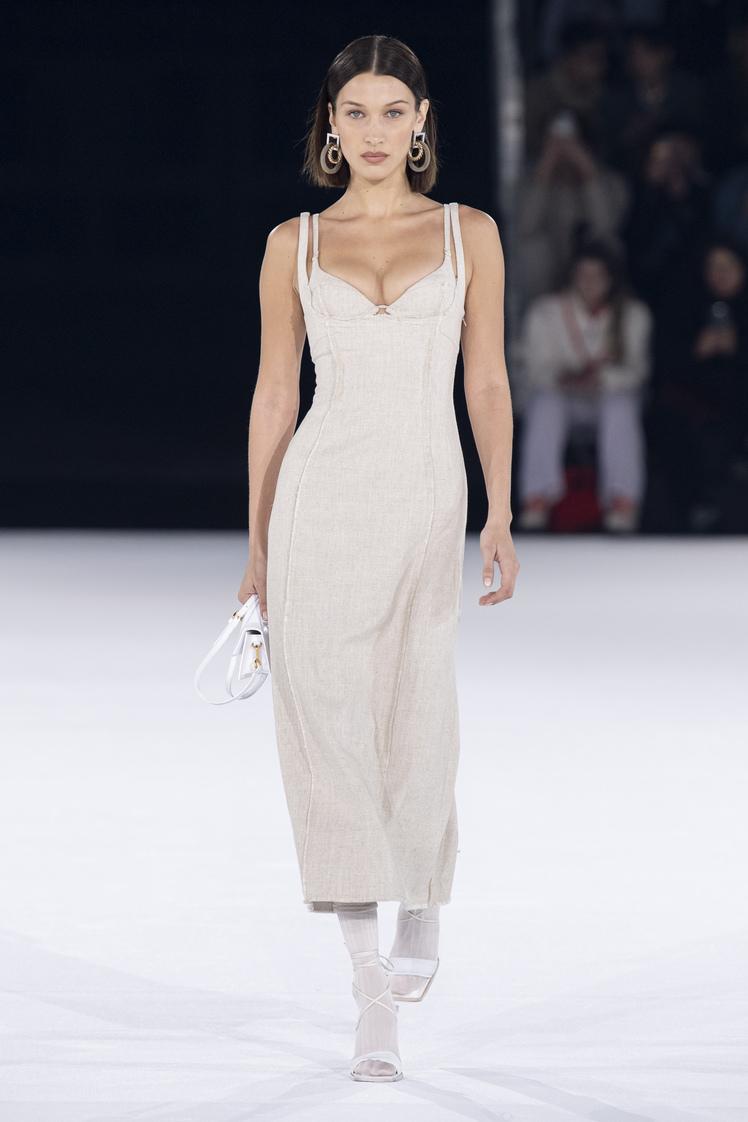 Bella Hadid au défilé Jacquemus automne-hiver 2020-2021