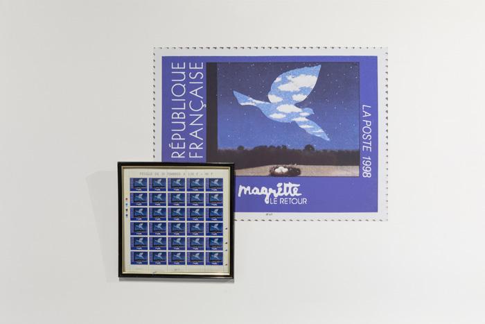 Planche de timbres Magritte. Vue de l'exposition