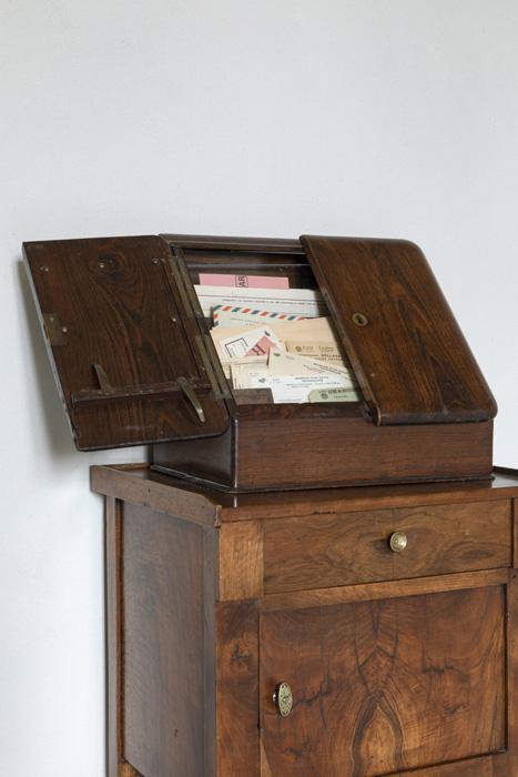 Meuble appartenant à Agnès Varda. Vue de l'exposition