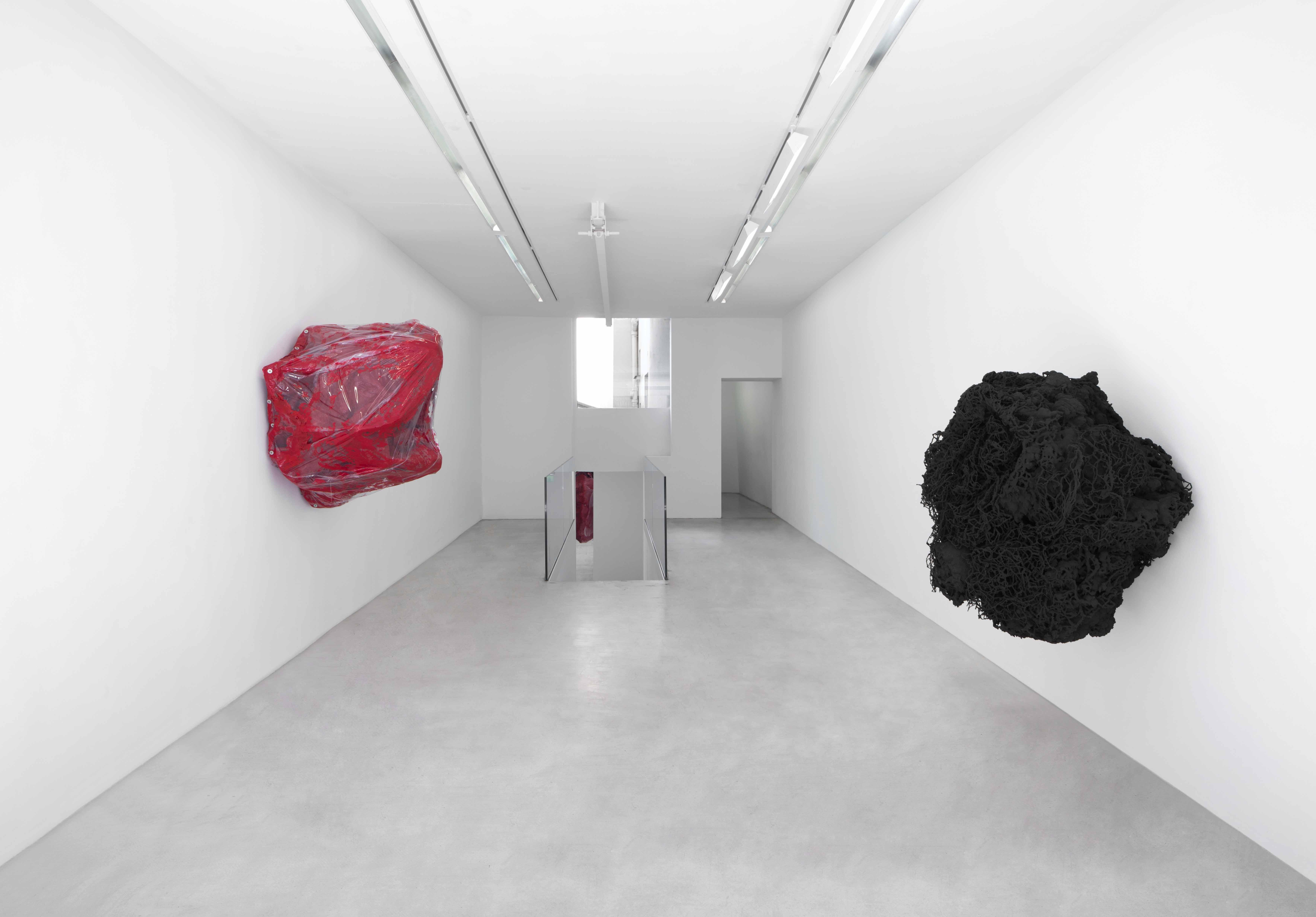 Anish Kapoor, Open Secret, 2018 / Knot, 2018 / Vue de l'exposition « Another (M)other », Kamel Mennour © ADAGP Anish Kapoor 2018, courtesy the artist and Kamel Mennour