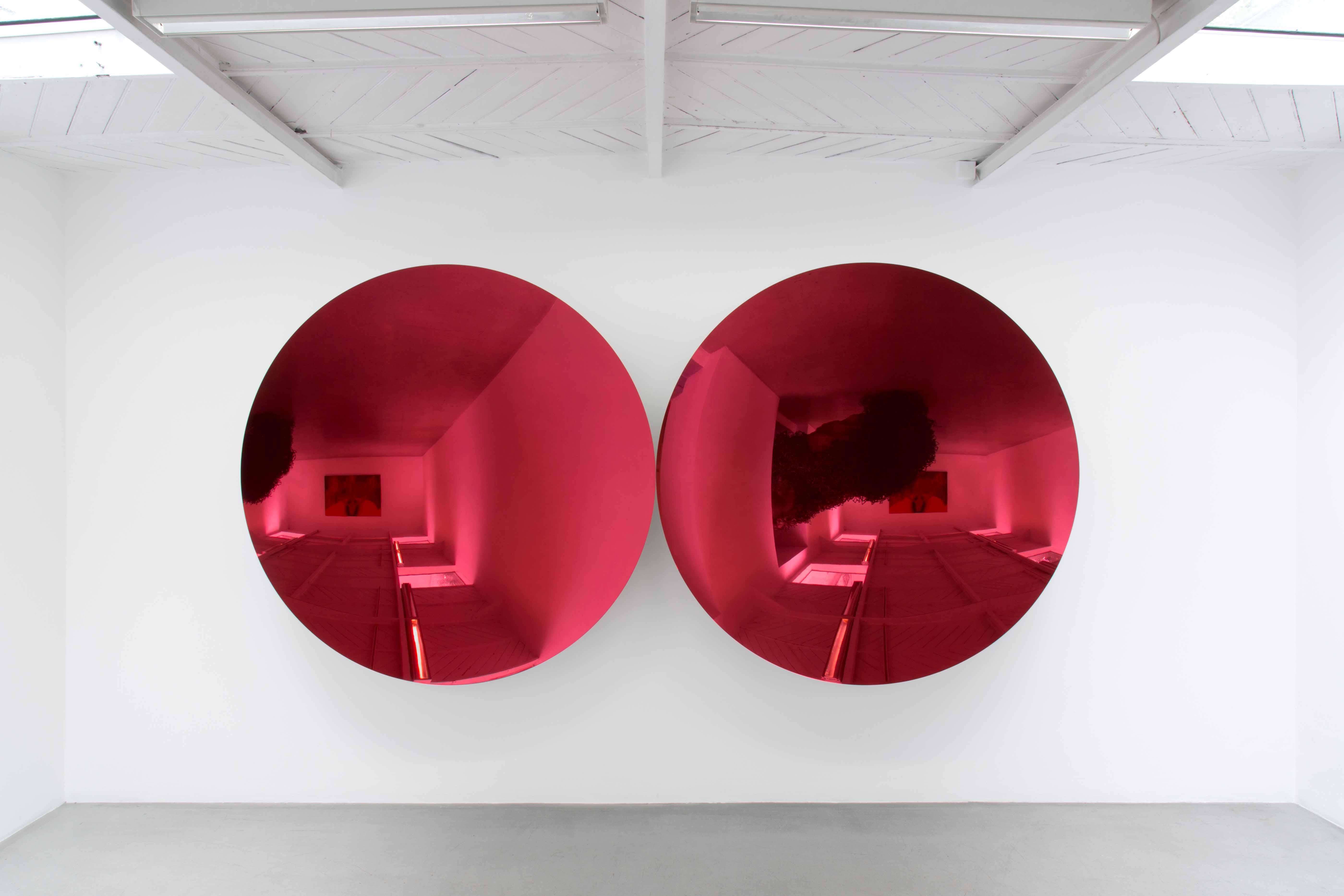 Anish Kapoor, Mirror (Magenta Apple mix 2), 2018 / Vue de l'exposition « Another (M)other », Kamel Mennour © ADAGP Anish Kapoor 2018, courtesy the artist and Kamel Mennour