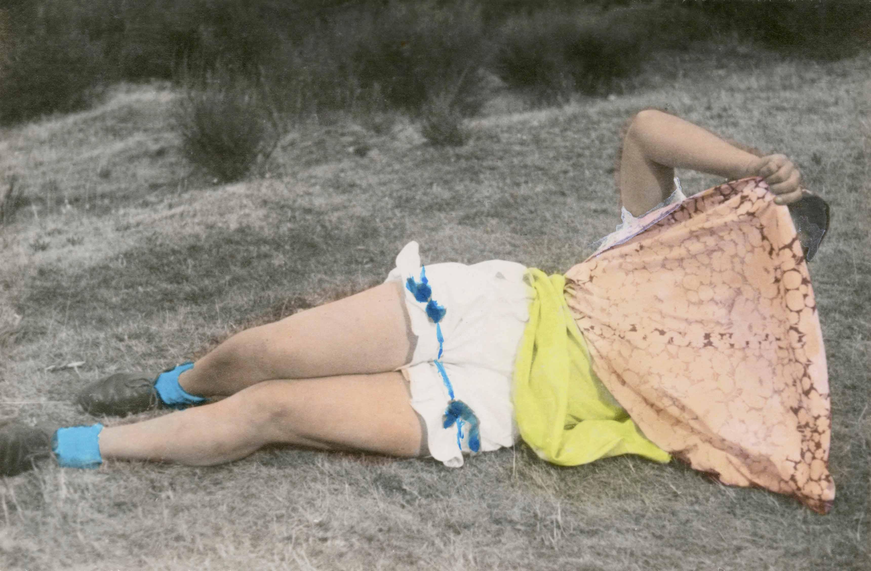 Photographe anonyme. France, 1930-45. Tirage argentique rehaussé à l'aquarelle. 8,3 x 12 cm