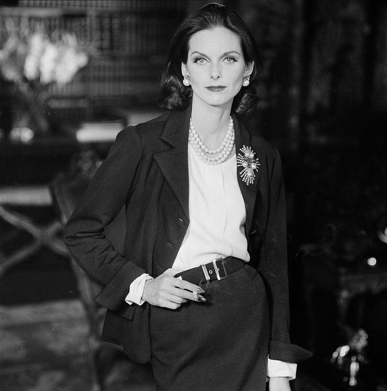 Henry Clarke. Anne Sainte Marie en tailleur Chanel. Photographie publiée dans Vogue UK, octobre 1955 Paris Musées © Henry Clarke, Musée Galliera / Adagp, Paris 2020
