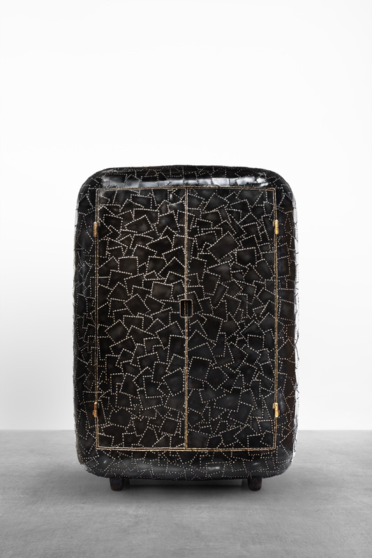 MAARTEN BAAS | CARAPACE CUPBOARD 2016 ACIER PATINÉ NOIR ET SOUDÉ À L'OR, NOYER EUROPÉEN H213 L150 W68 CM / H83.9 L59.1 W26.8 IN ÉDITION LIMITÉE DE 8 + 4 EA COURTESY CARPENTERS WORKSHOP GALLERY