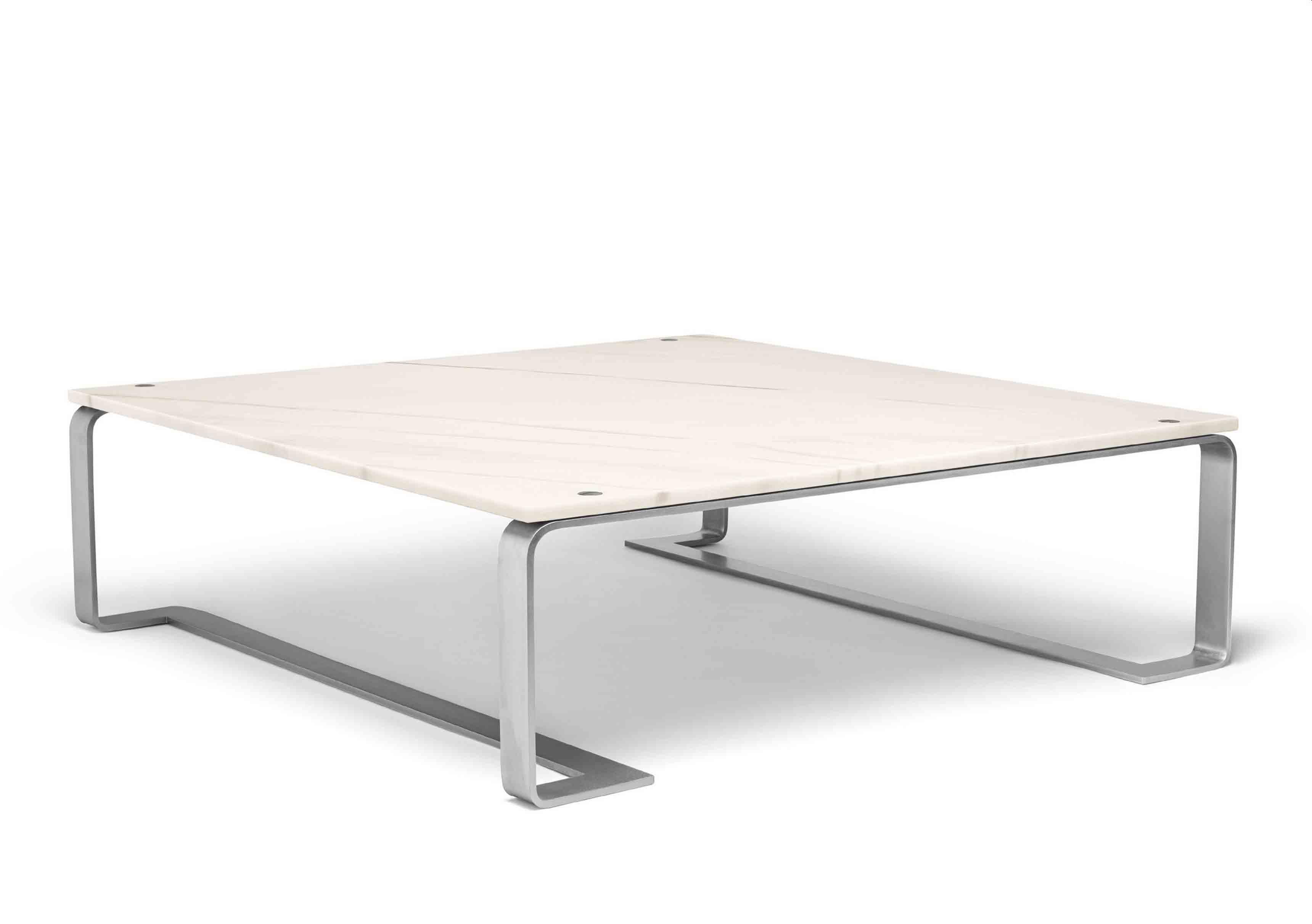 Table basse Floating en marbre blanc issue de la nouvelle collection Maison de Bottega Veneta, à l'occasion du Salone del Mobile de Milan.