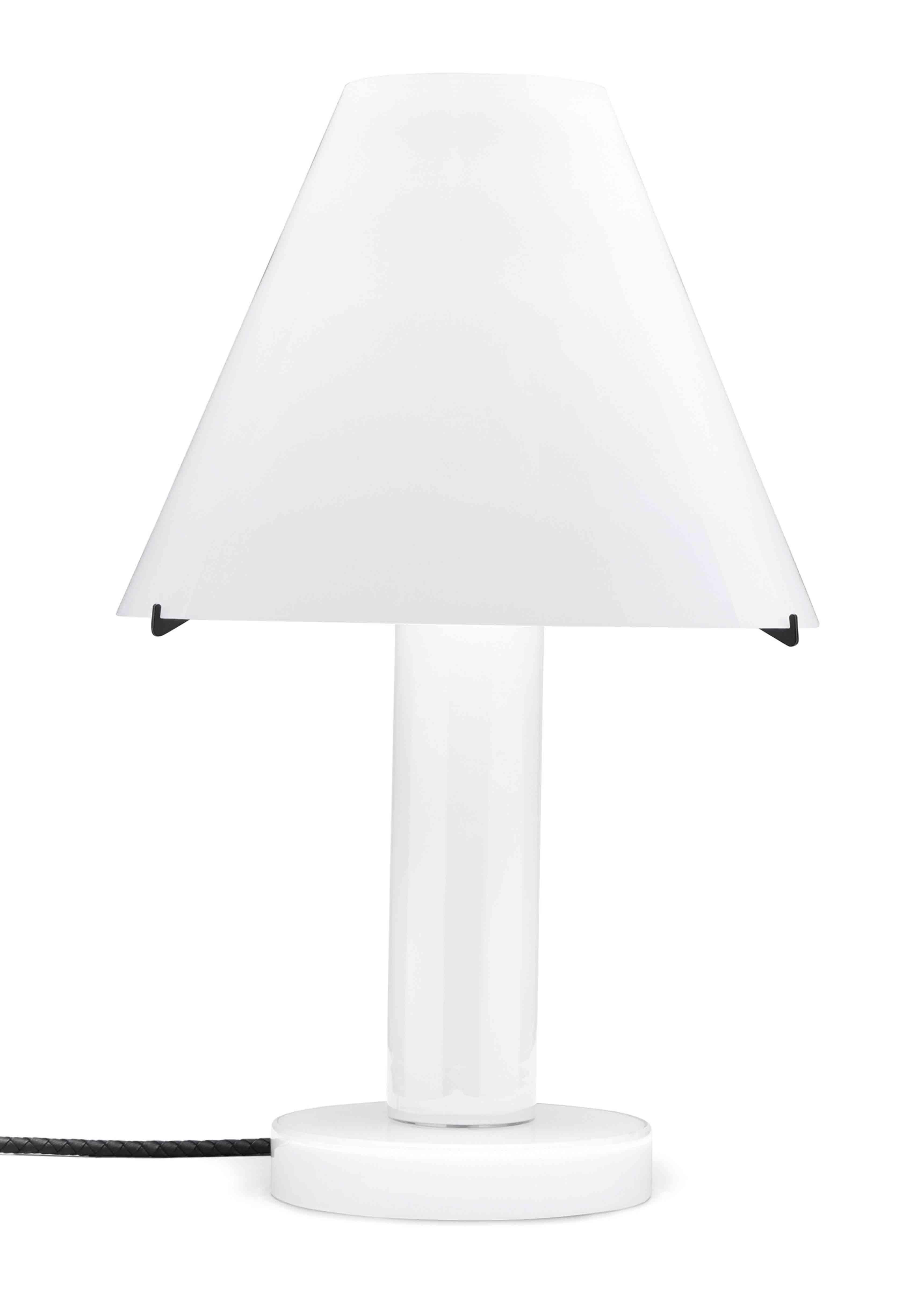 Lampe en verre de Murano laiteux issue de la nouvelle collection Maison de Bottega Veneta, à l'occasion du Salone del Mobile de Milan.