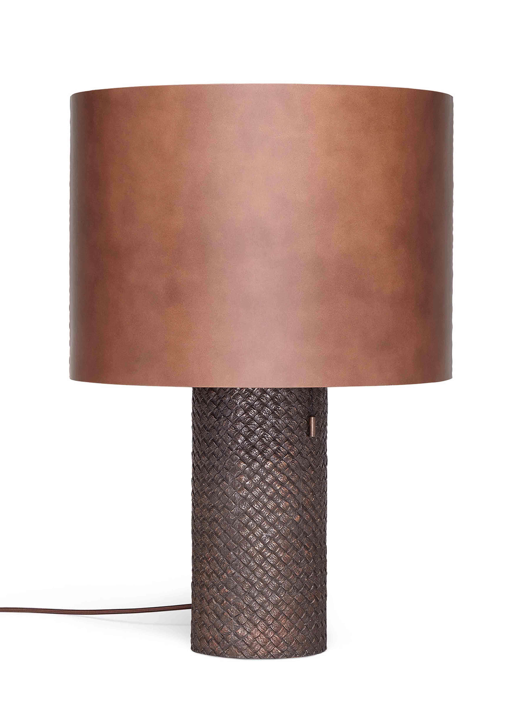 Lampe de table OVM en bronze brossé issue de la nouvelle collection Maison de Bottega Veneta, à l'occasion du Salone del Mobile de Milan.