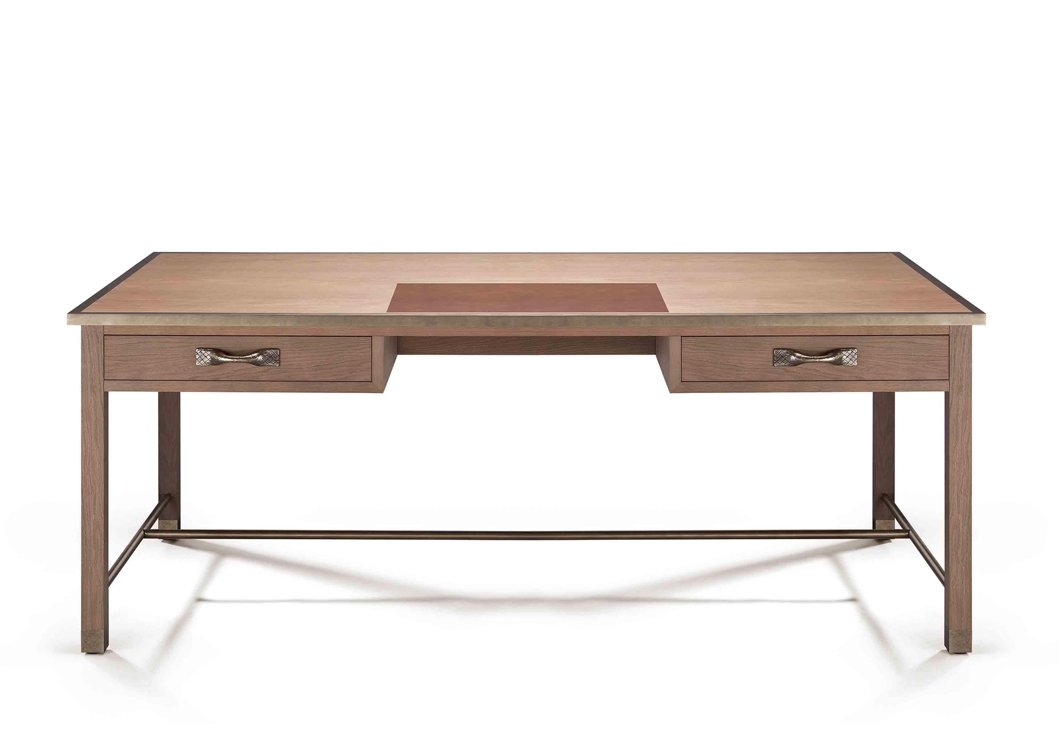 Bureau à deux tiroirs en chêne, coloris Doe, issu de la nouvelle collection Maison de Bottega Veneta, à l'occasion du Salone del Mobile de Milan.