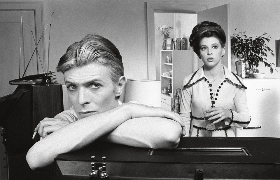 The alien Newton (David Bowie) settles into a domesticated life with Mary-Lou (Candy Clark), always conscious of and concerned for his other family. Copyright: © 1976 Studiocanal Films Ltd. All rights reserved.