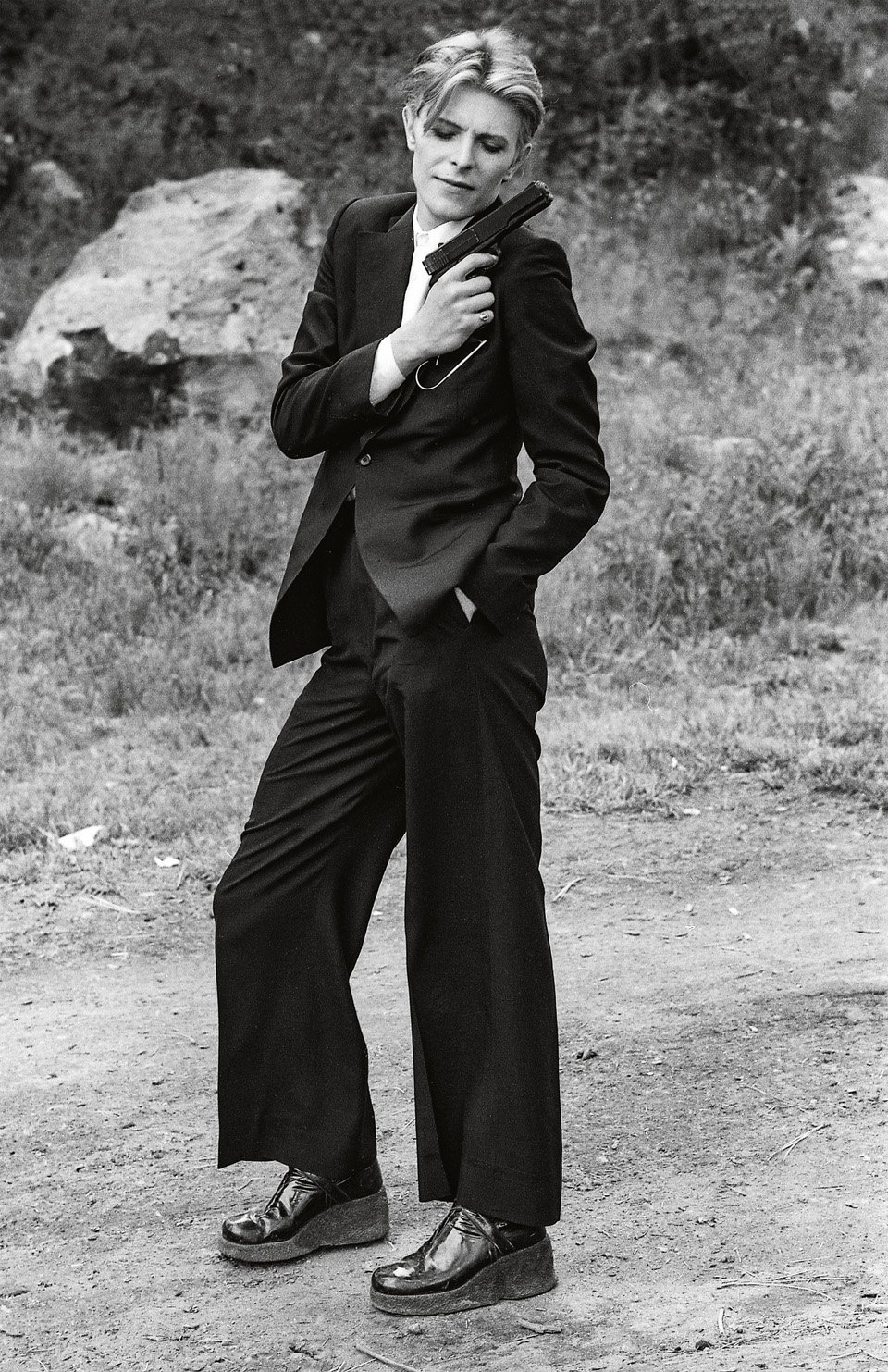 David Bowie strikes a pose on set. Copyright: © 1976 Studiocanal Films Ltd. All rights reserved.