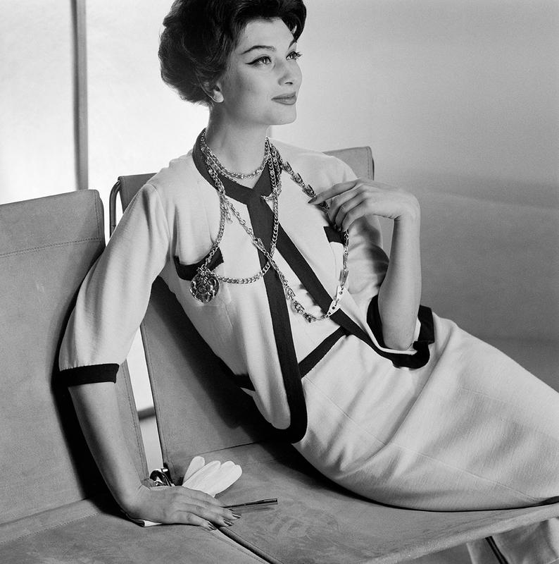 Henry Clarke. Marie-Hélène Arnaud en tailleur Chanel. Photographie publiée dans Vogue US, 1er mars 1958 Paris Musées © Henry Clarke, Musée Galliera / Adagp, Paris 2020