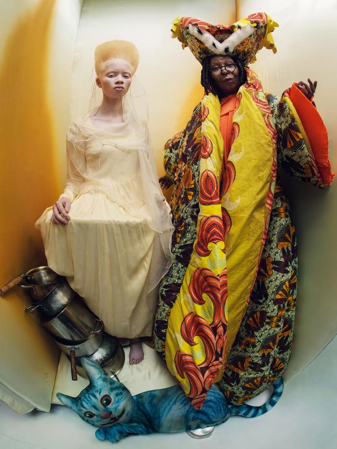 Whoopi Goldberg (la duchesse) et Thando Hopa (la princesse de cœur) par Tim Walker pour le calendrier Pirelli 2018