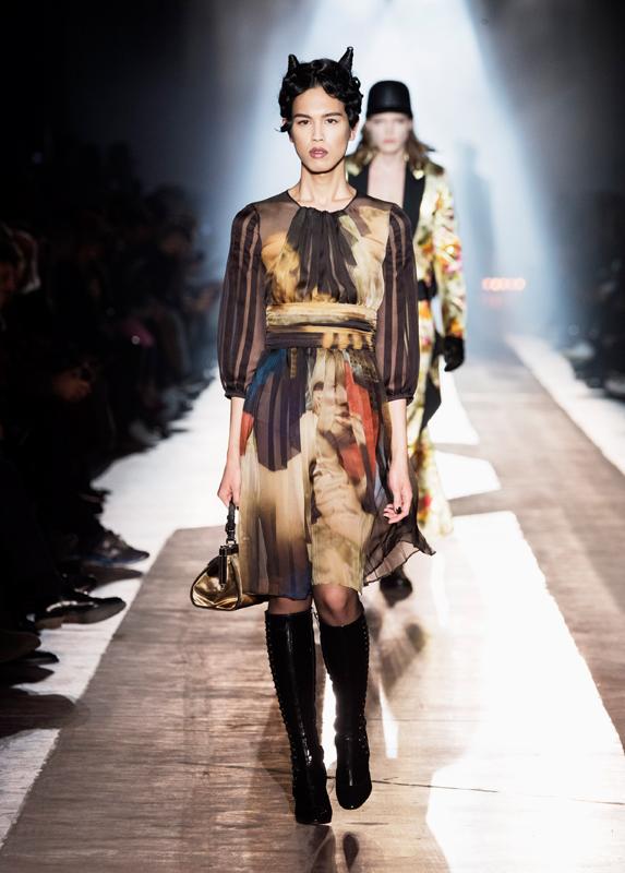 Look du défilé Moschino de la pré-collection automne-hiver 2018-2019.