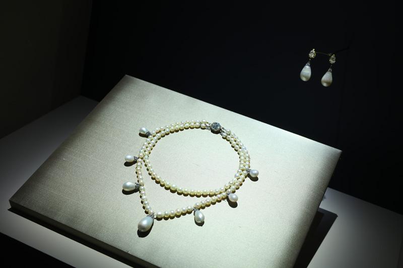 Collier de perles à deux rangs Début du 19e siècle. Argent sur or, diamants et perles. Chaumet Paris. Ce collier à double rang de perles et sept perles poires détachables a appartenu à Auguste-Amélie de Bavière, épouse du prince Eugène de Beauharnais, fils de l'Impératrice Joséphine. La petite-fille de l'Impératrice, Joséphine reine de Suède, épouse d'Oscar 1er, en héritera.