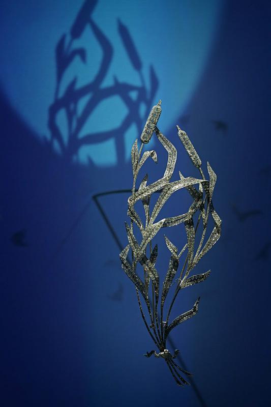 """Broche """"roseau"""", de Joseph Chaumet, vers 1893. Or et diamants. Collection privée de Son Altesse Royale la Princesse de Hanovre. Graphique et gracile, le roseau est l'une des plantes favorites des dessinateurs de Chaumet. Sa dimension et ses mouvements de feuilles font du devant de corsage un chef-d'œuvre du naturalisme fin de siècle."""