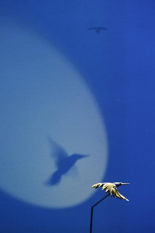 """Clip """"colibri en vol"""", de Béatrice de Plinval et Pierre Sterlé pour Chaumet, 1977. Or sablé, diamants et lapis-lazuli. Chaumet Paris. Joaillier précurseur et inclassable, Pierre Sterlé fut un grand créateur dans les années 1960 et 1970, qui insuffla de nouvelles inspirations à la créativité de Chaumet. Son sens du mouvement et des courbes se retrouve dans la dynamique du vol de ce petit colibri."""