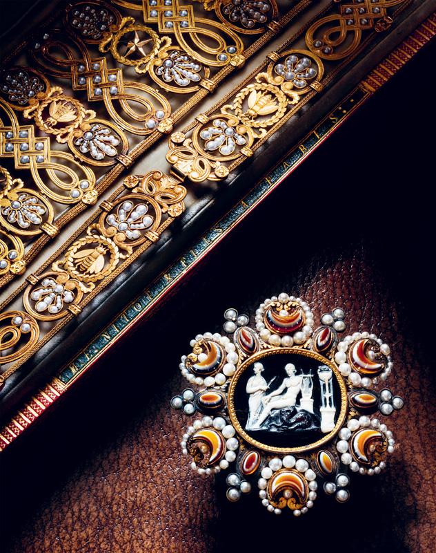 """Détails de la ceinture dite """"gothique"""" de l'Impératrice Marie-Louise, de François-Regnault Nitot,1813. Or, perles fines et onyx. Collection Chaumet Paris.  Elle fut dessinée spécialement pour mettre en valeur le camée d'époque hellénistique représentant Apollon triomphant du serpent Python, cadeau de Pauline Borghèse à sa belle-sœur Marie-Louise."""