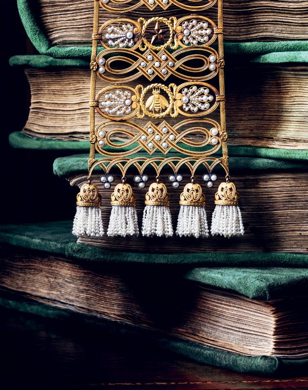 """Ceinture dite """"gothique"""" de l'Impératrice Marie-Louise, de François-Regnault Nitot, 1813. Or, perles fines et onyx. Collection Chaumet Paris. Cette ceinture souple alterne les symboles napoléoniens de l'abeille et de l'étoile."""