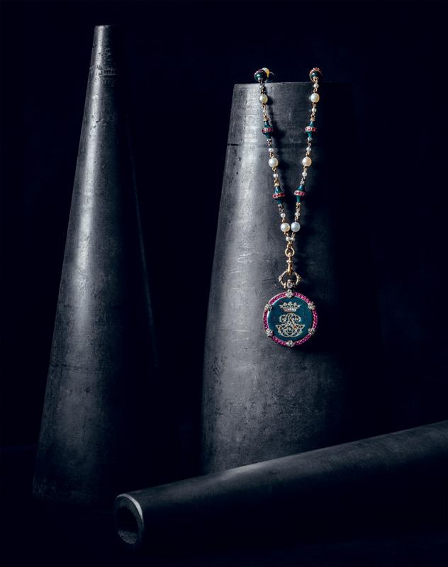 Montre et chaîne de la duchesse de Luynes, de Jean-Valentin Morel, mouvement Breguet, 1853-1854. Or, argent, rubis, jaspe sanguin, diamants, perles fines et émail. Collection Chaumet Paris. Élément d'une châtelaine aujourd'hui disparue, cette montre fut admirée à l'Exposition universelle de 1855. Elle associe subtilement les couleurs alors en vogue du jaspe sanguin tacheté de rouge et des rubis. Tandis que le revers est marqué du chiffre de sa destinataire surmonté d'une couronne ducale, le cadran est richement et minutieusement orné.