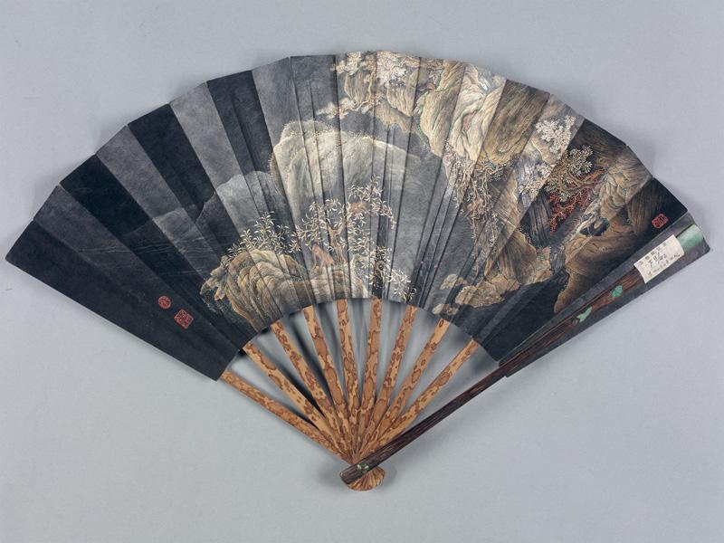 Éventail pliant avec paysage. Empereur Daoguang, Dynastie des Qing. Bambou sculpté, ivoire teint. Pékin, Musée du Palais.
