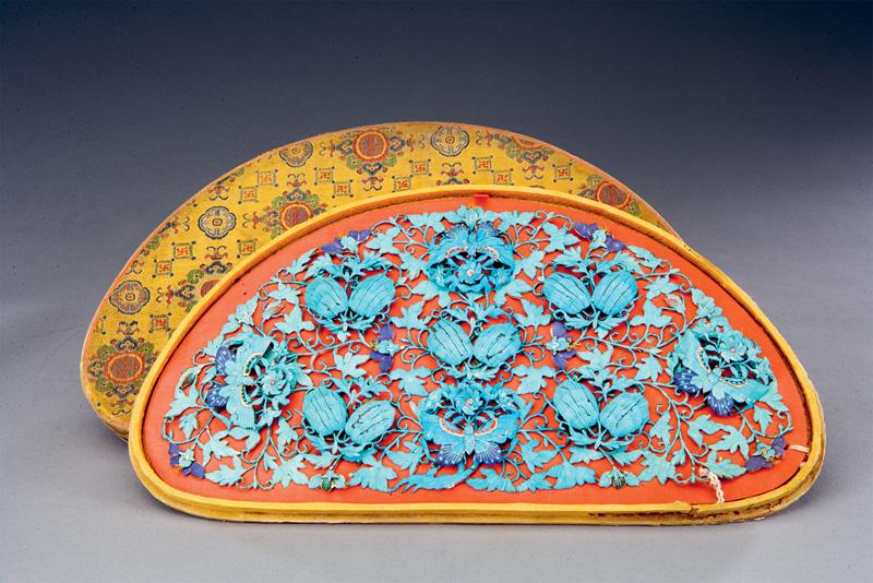 Coiffe aux melons et papillons en plumes de martin-pêcheur. Dynastie des Qing. Pékin, Musée du Palais. Cet ornement de tête en demi-cercle, aussi appelé Toumian, se portait au sommet d'un ornement de cheveux, le Tianzi. Les motifs de melons et papillons suggèrent une vie de famille prospère et une descendance nombreuse. L'ensemble est animé par les plumes de martin-pêcheur aux couleurs vives.