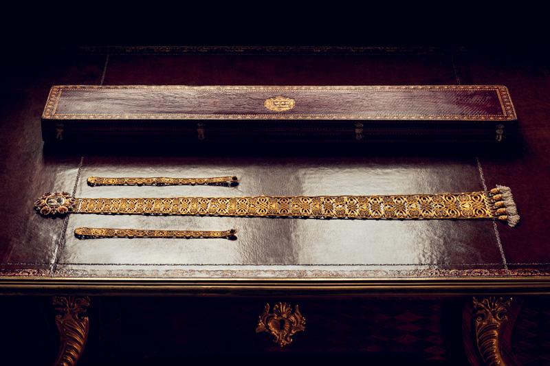 """Ceinture dite """"gothique"""" de l'Impératrice Marie-Louise, de François-Regnault Nitot, 1813. Or, perles fines et onyx. Collection Chaumet Paris. Cette ceinture dite """"gothique"""" s'inspire de celles, descendant jusqu'au bas de la robe, portées par les femmes du Moyen Âge. Elle fut dessinée spécialement pour mettre en valeur le camée d'époque hellénistique offert par Pauline Borghèse à sa belle-sœur Marie-Louise."""