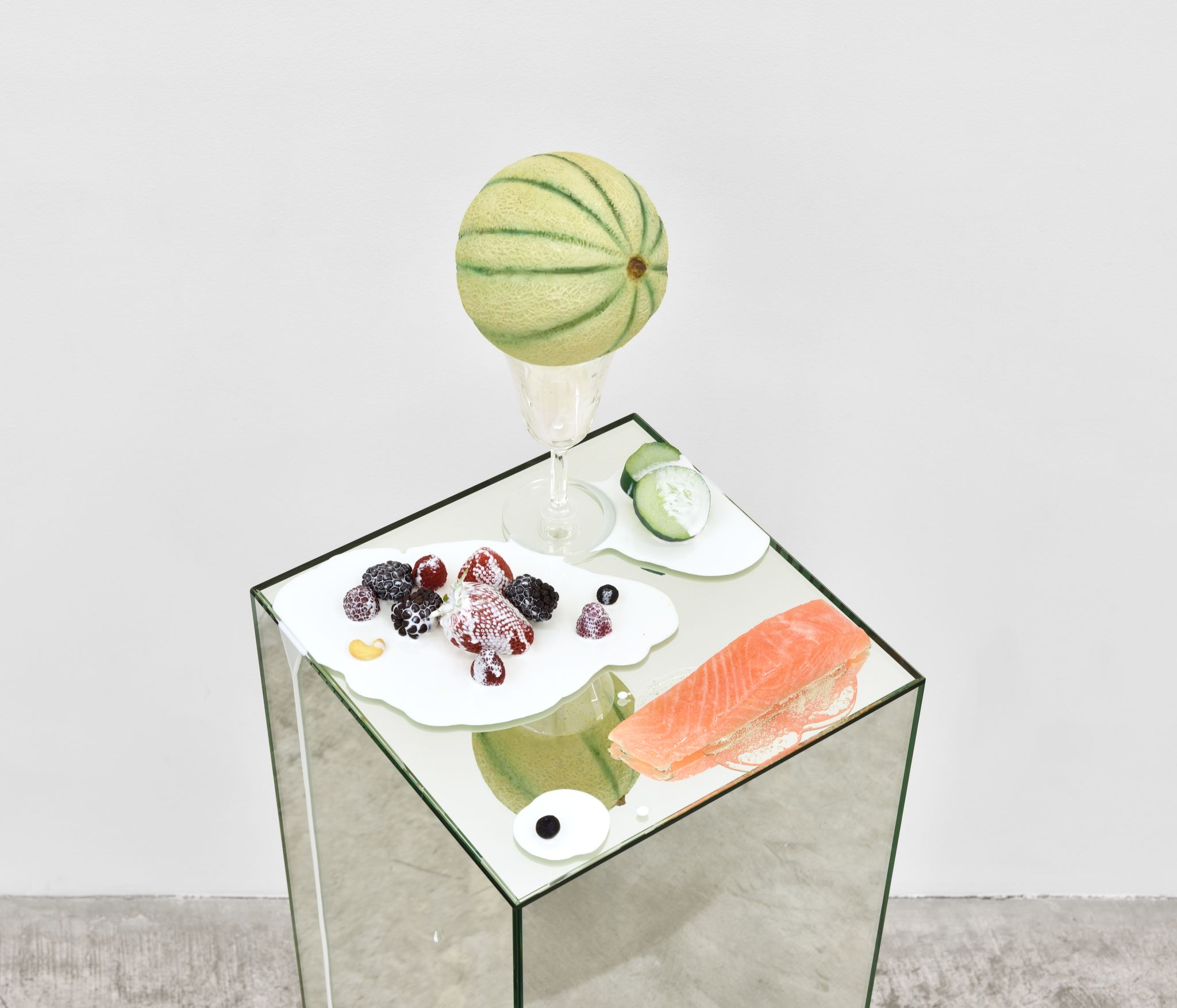 Bains de gros thé pour grains de beauté, 2017. Oil paint, urethane, glass on mirror plinth. 119 x 30,5 x 30,5 cm