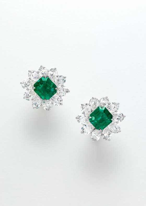 Earring with two octogonal-cut emerald of 5.2cts each.