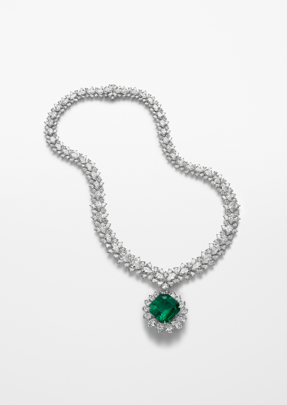 Necklace in 18ct white gold featuring a 22-ct octogonal-shaped emerald and set with pear-shaped diamonds for a total of 61cts.