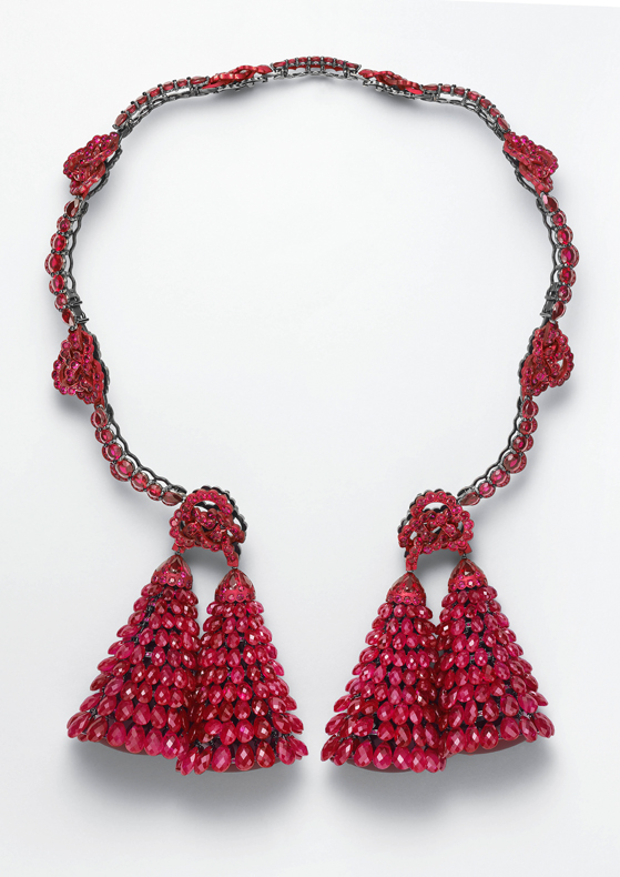 "Necklace in 18ct white gold and aluminium set with ""briolette"" rubies (419cts) and brilliant-cut and pear-shaped rubies (for a total of 58cts)."