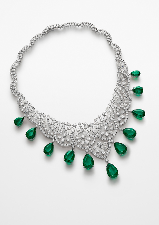 Necklace in 18ct white gold set with pear-shaped (36.9cts), brilliant-cut (35.4cts) and marquise-cut (2cts) diamonds and featuring 11 pear-shaped emeralds for a total of 96cts.