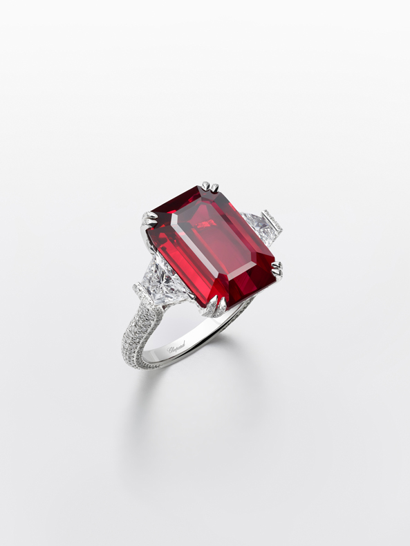 Ring in 18ct white gold adorned with an octogonal-cut ruby of 12.5cts and set with diamonds.