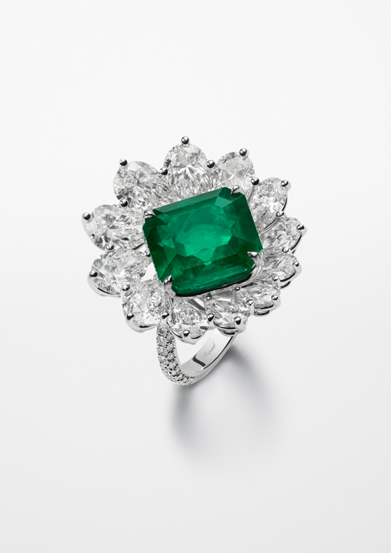 Ring featuring an octogonal-cut emerald of 8.7cts.