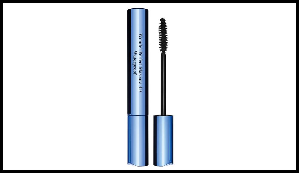 Toujours axé volume, longueur et courbure, Clarins lance son mascara en version waterproof super résistante à l'humidité et à l'eau. Et formulée à base de cire de lotus bleu pour être insubmersible tout en souplesse. Wonder Perfect Mascara 4D, CLARINS. 29 euros. En noir.
