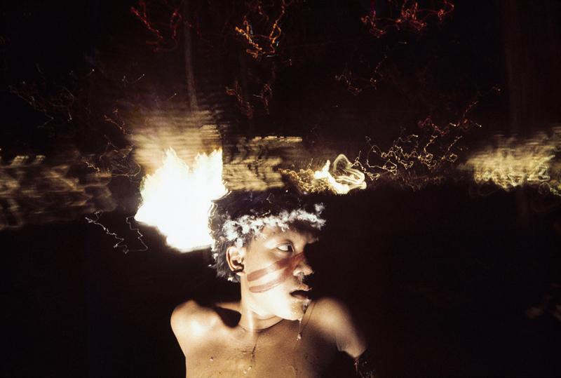 Antônio Korihana thëri, jeune homme sous l'effet de la poudre hallucinogène yãkoana, Catrimani, Roraima, 1972-1976.