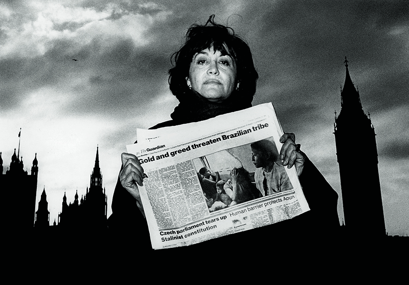 Claudia Andujar avec The Guardian, Londres 1989. Photo : Robert Davis/Oxfam