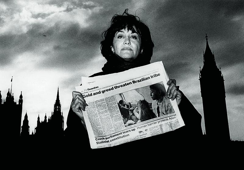 Claudia Andujar avec The Guardian, Londres 1989. Photo : Robert Davis/Oxfam