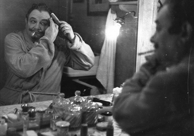 André Brunot dans sa loge ©Coll. Comédie-Française