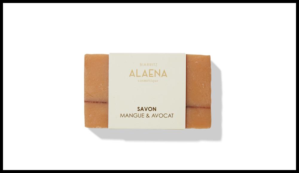 La très jolie marque aux actifs naturels créée par une dermatologue de Biarritz et sa fille propose un savon saponifié à froid  ( afin de préserver l'intégrité de ses composants) à base de lait d'ânesse et d'huiles végétales qui restaure le PH des peaux souffrant de problèmes de rougeurs, de brillance ou d'imperfections.  Savon à l'Avocat et à la Mangue, ALAENA. 9 euros, les 100g.
