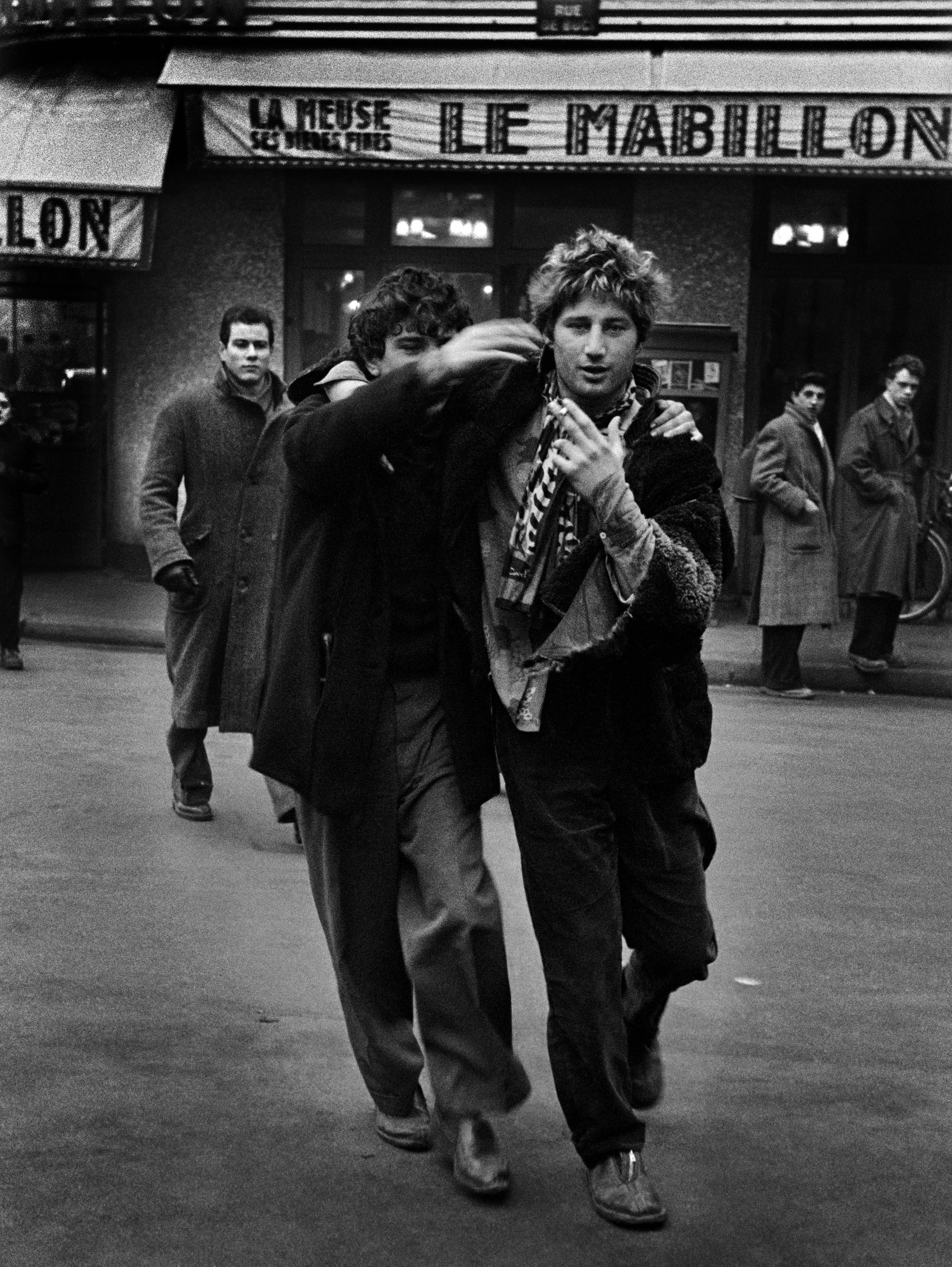 Ed van der Elsken, Jean-Michel Mension (Pierre ) et Auguste Hommel (Benny) devant le Mabillon, Paris, 1953. Nederlands Fotomuseum Rotterdam © Ed van der Elsken / Ed van der Elsken Estate
