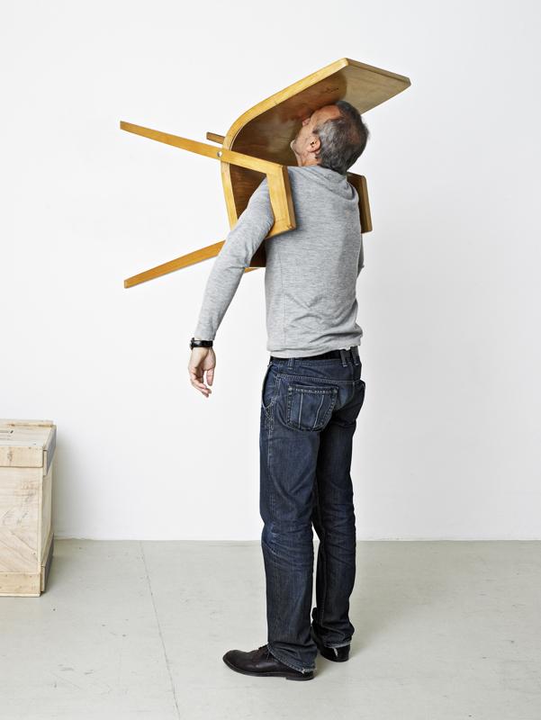 Erwin Wurm, Idiot II, 2010. C-print 92 x 74,5 cm © Erwin Wurm