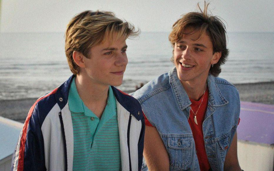 Felix Lefebvre et Benjamin Voisin dans Été 85 de François Ozon.