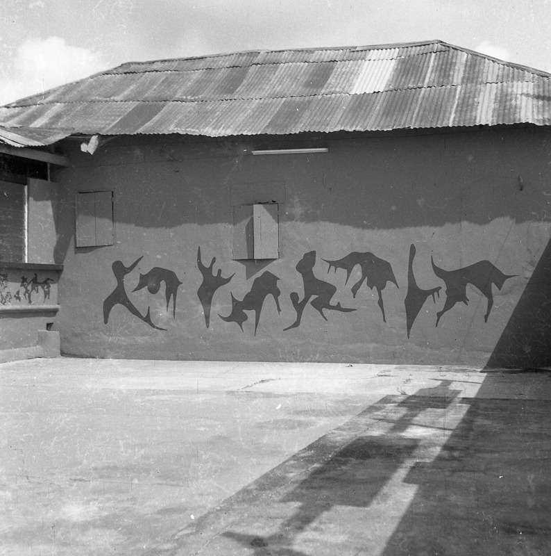 Interior courtyard of the Mbari Artists' and Writers' Club, Ibadan, with murals by Uche Okeke © Centre for Black Culture and International Understanding (CBCIU), Osogbo, Oshun State, Nigeria / Iwalewahaus, University of Bayreuth, Germany.