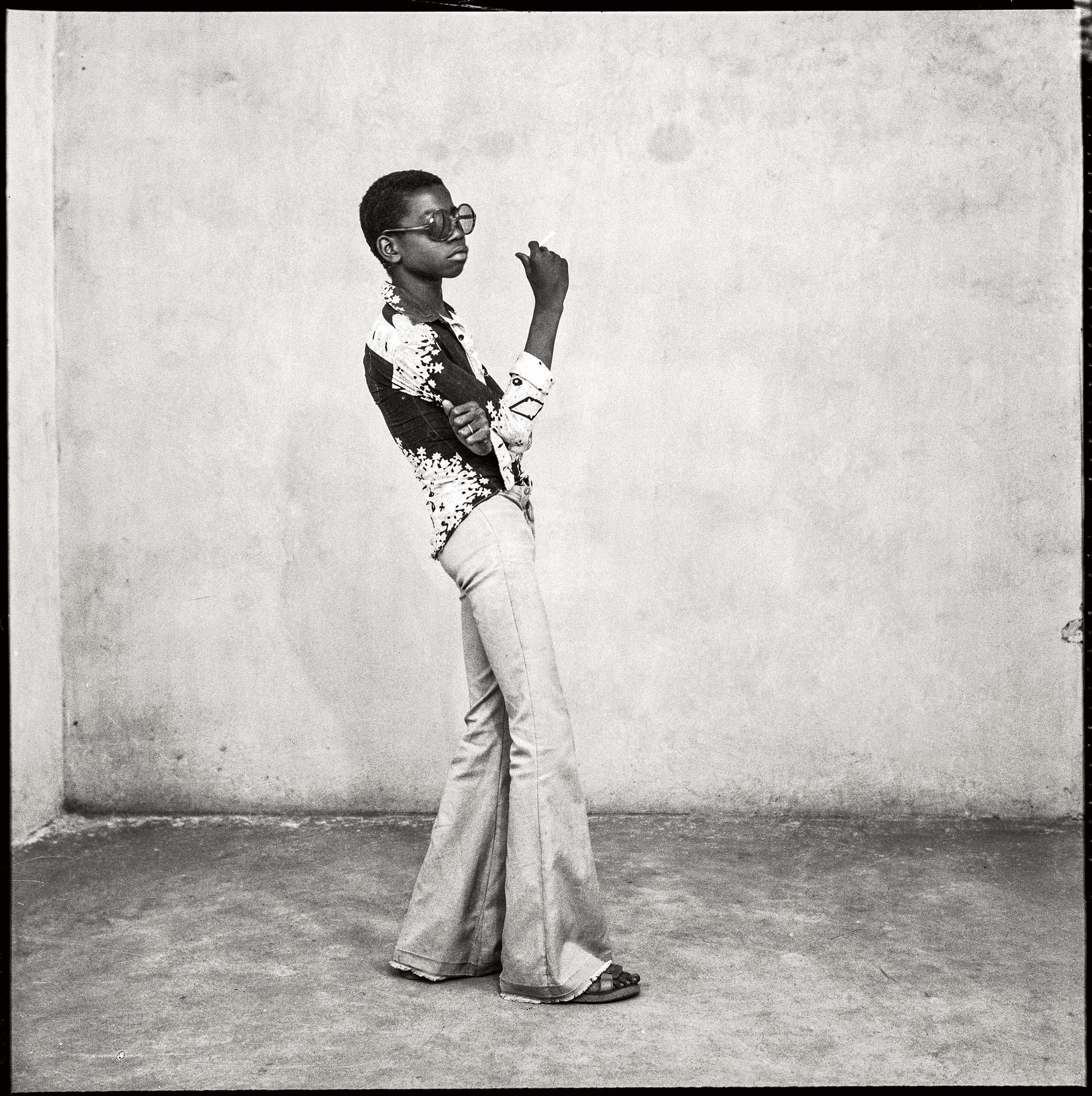 Malick Sidibé Un yéyé en position, 1963 Tirage gélatino-argentique 60,5 x 50,5 cm Collection Fondation Cartier pour l'art contemporain, Paris © Malick Sidibé