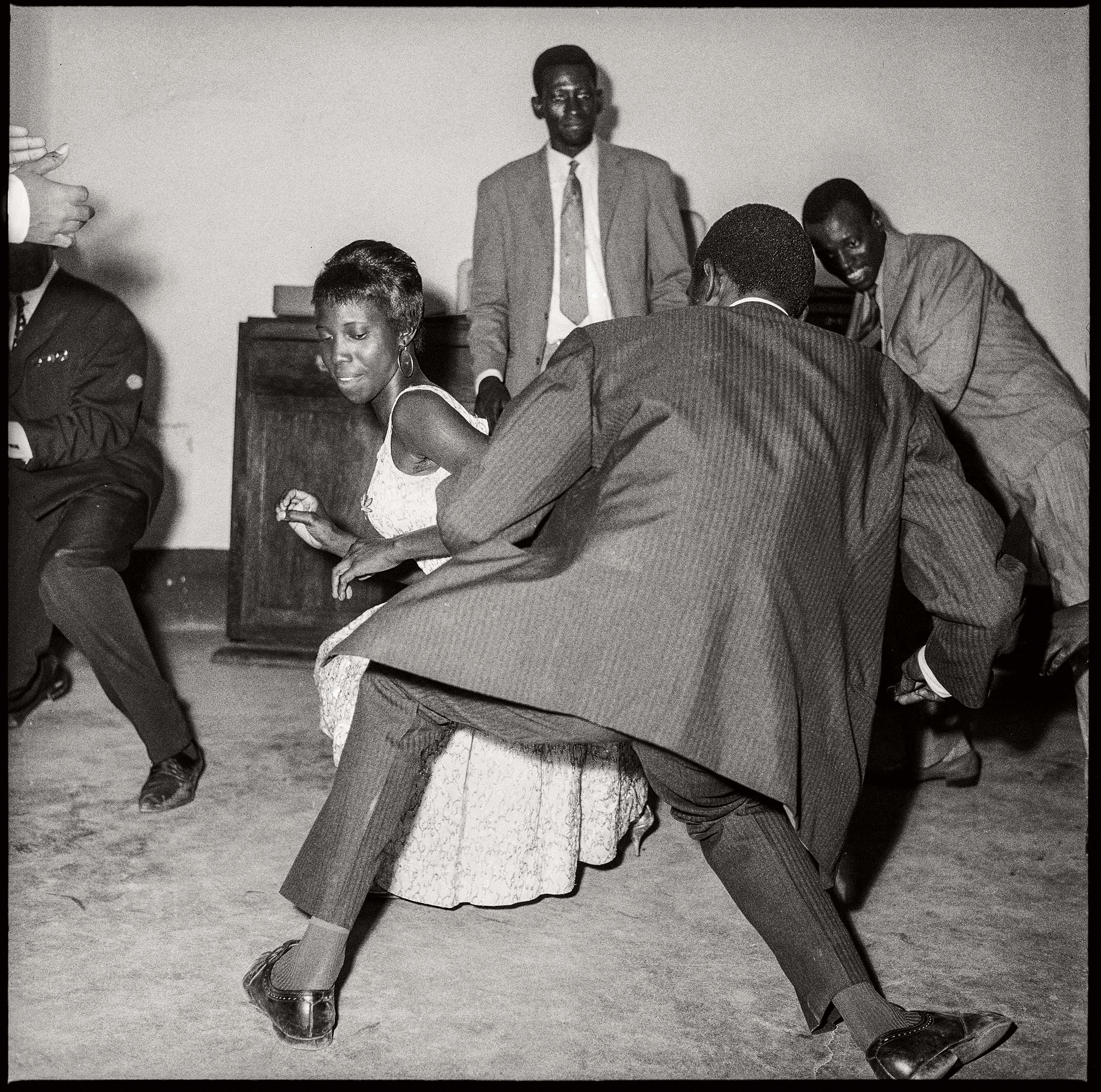 Malick Sidibé Danser le twist, 1965 Tirage gélatino-argentique 100,5 x 99 cm Collection Fondation Cartier pour l'art contemporain, Paris © Malick Sidibé