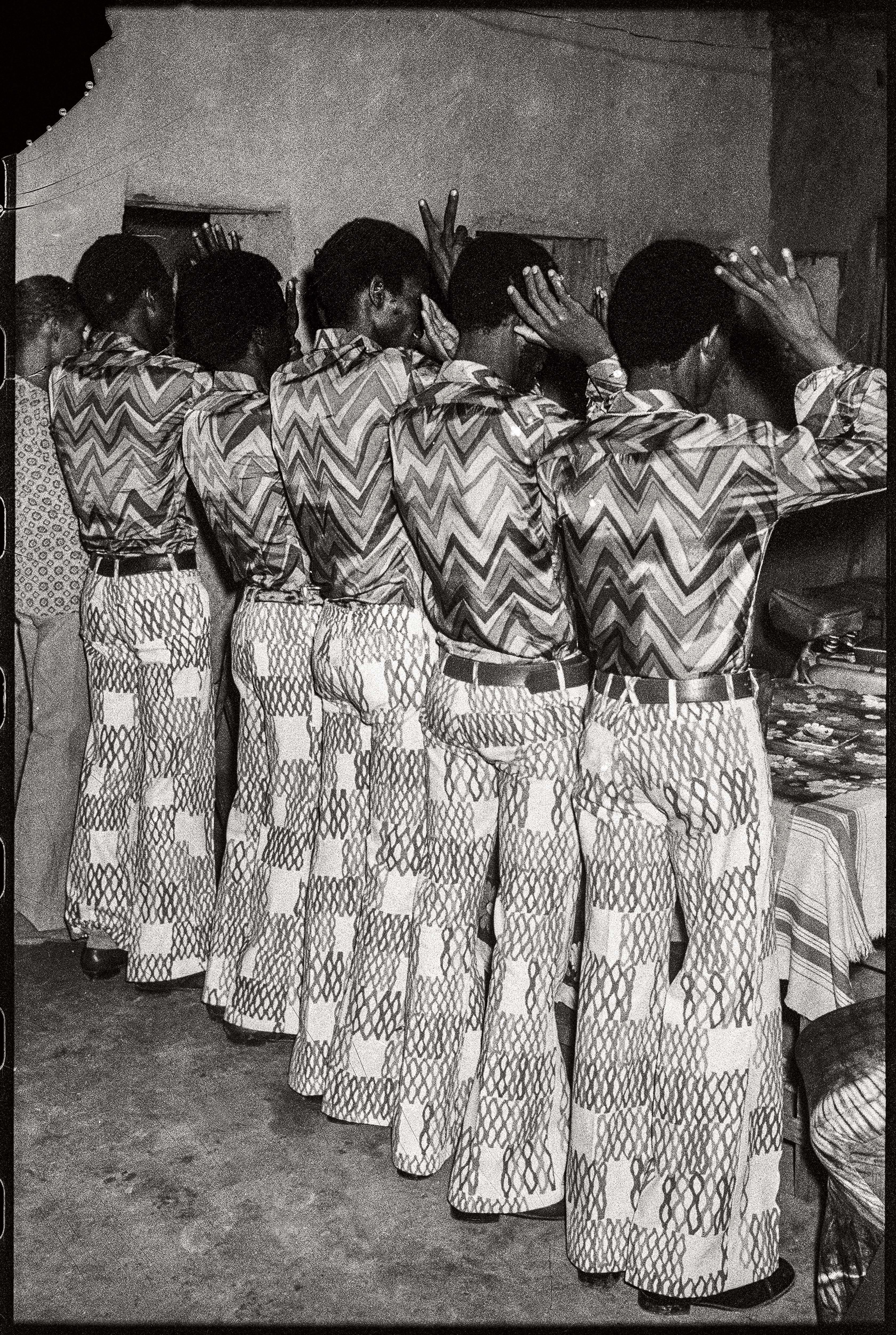Malick Sidibé Les amis dans la même tenue, 1972 Tirage gélatino-argentique 50,5 x 40,5 cm Courtesy Galerie MAGNIN-A, Paris © Malick Sidibé