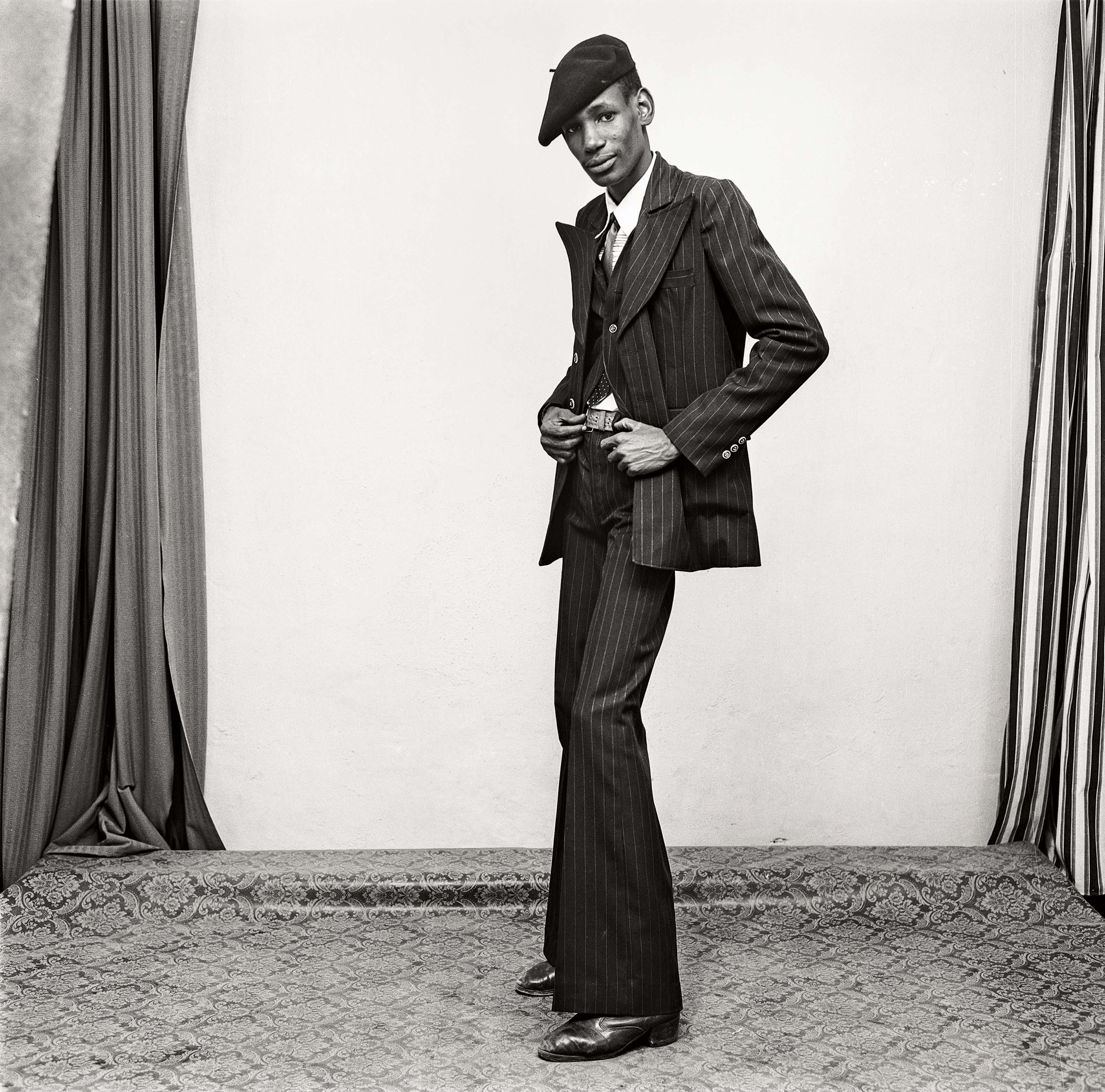 Malick Sidibé Un gentleman en position, 1980 Tirage gélatino-argentique signé, 2013 50,5 x 40,5 cm Courtesy Galerie MAGNIN-A, Paris © Malick Sidibé
