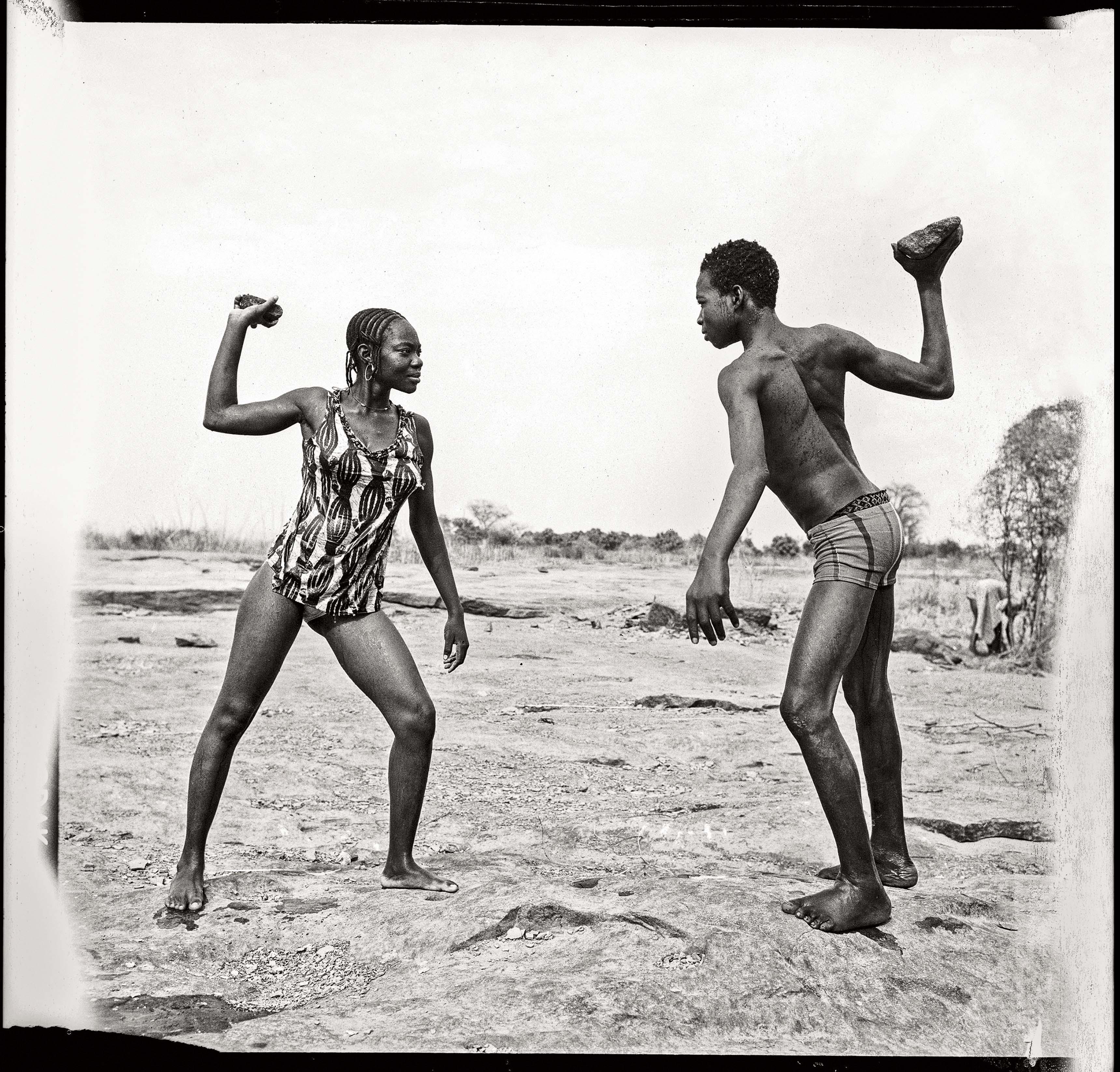 Malick Sidibé Combat des amis avec pierres au bord du Niger, 1976 Tirage gélatino-argentique 99 x 99,5 cm Collection Fondation Cartier pour l'art contemporain, Paris © Malick Sidibé